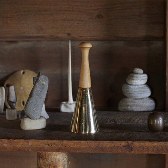 Ricky Swallow と Carl Aubock 共同で製作した限定生産の作品『Shaker Bell』