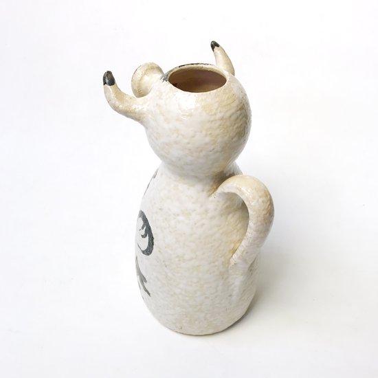 スペインで作られた牛がモチーフとなった古い陶器のピッチャー