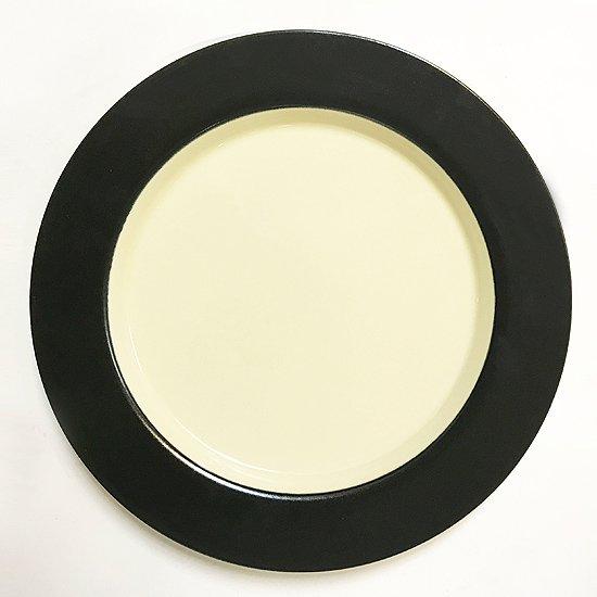 ブラックとクリームの配色が引き立つデッドストックの日本製のプレート