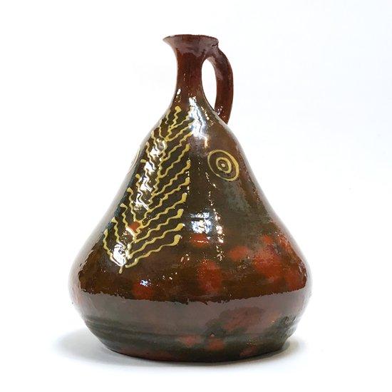 スペインのバルセロナの街で作られた古い陶器の水差し
