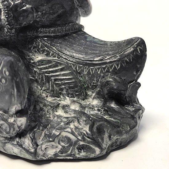 イヌイットがカヌーに乗った姿の彫刻