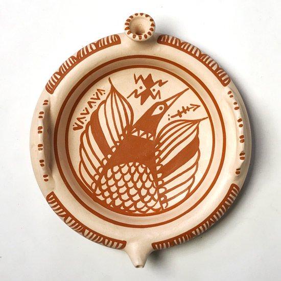 ペルーで1980年代に作られた陶器のトレー、特徴的なデザインは、伝統的な水差しの形が反映されたもの