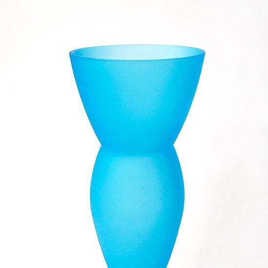 幾何学的なフォルムとフロストガラスの鮮やかなブルーが印象的なガラスのベース