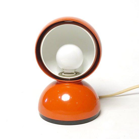 日食や月食の「食」を表す「ECLISSE」と名付けられた、ヴィコ・マジストレッティ によるテーブルランプ