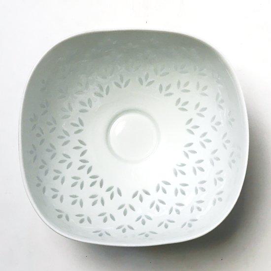1942年にフィンランドの老舗陶磁器メーカー ARABIA が発表した、「ライス・ポーセリン」シリーズのボウル