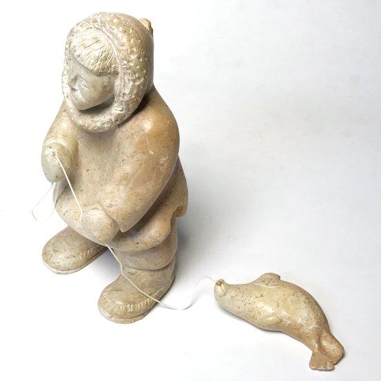 イヌイットの狩猟家をモチーフとしたソープストーンの彫刻
