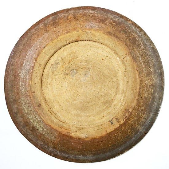 押し紋が全体に施された、独特の雰囲気を持つ古い大皿