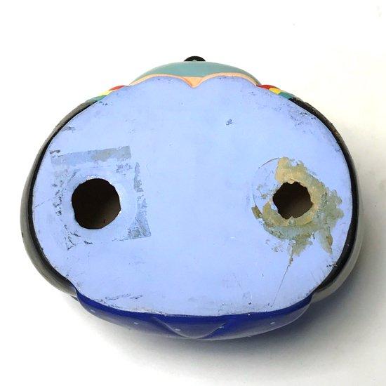 裏面には穴が空いているので貯金箱としてご利用になる際は、紙などを当ててご使用ください