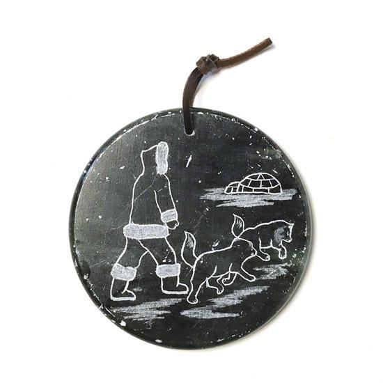 イヌイットの伝統的な日常風景が描かれたオーナメント