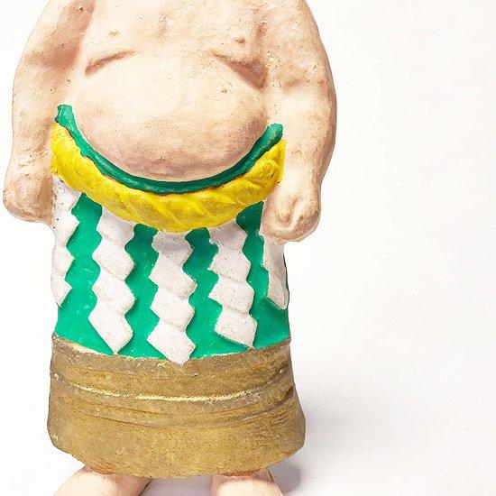 堂々とした姿の力士がモチーフとなった古い土人形