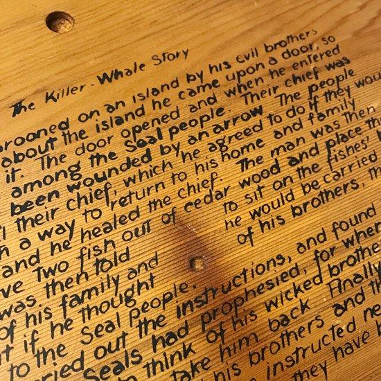 1 ネイティブアメリカンに伝わるシャチの図案がプリントされた1980年代の木製のトレー