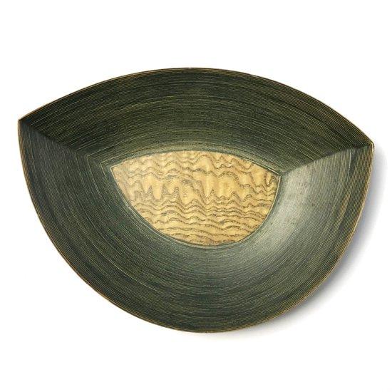 ベースとなる底板に葉の形の板が使われたデザイン。緑色のパテが使われた独特の作りなど古いものならではの仕様