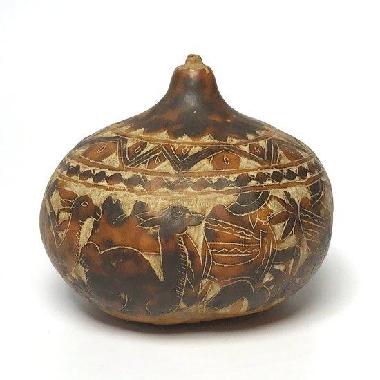 ペルーの工芸品、とても細かい彫刻が施された古いひょうたん細工