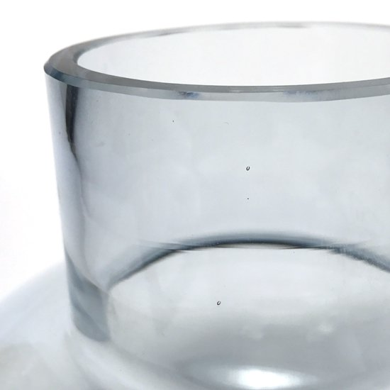 北欧のデザインを彷彿とさせるフォルムと色使いが特徴的な古いガラスのベース