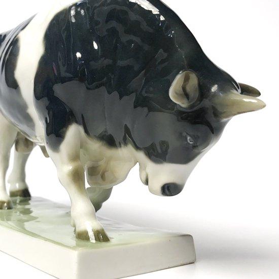 ドイツの磁器メーカー Fraureuth Poecelain による1920年代の雄牛のフィギュア