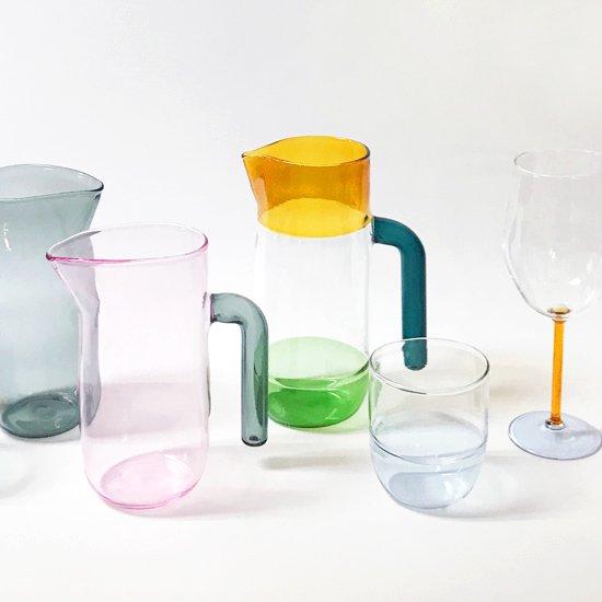 様々な配色のジャグやグラス