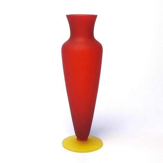 幾何学的なフォルムとフロストガラスの鮮やかな配色が印象的なガラスのベース