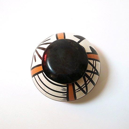 ネイティブアメリカンのアコマ・プエブロ族によって1970年代に制作された小さなベース