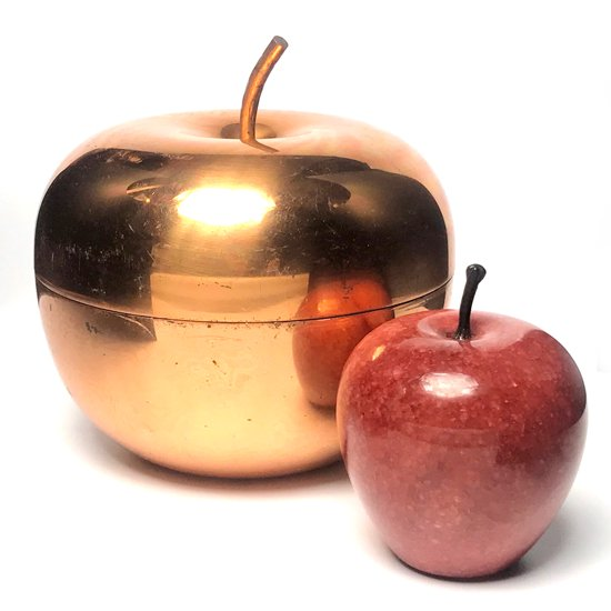 銅独特の色味や質感が魅力的な古いリンゴ型のボックス