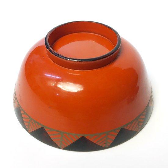 手描きで施された幾何学柄が楽しい、大正時代に作られた漆塗りの汁椀