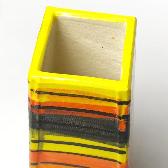 板を張り合わせたような直線的な造形