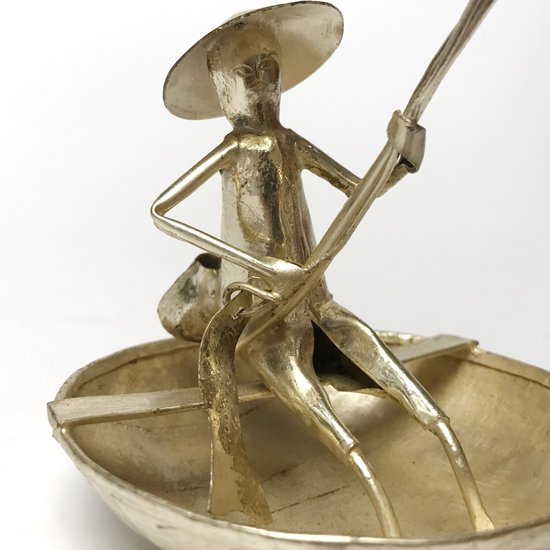 ベトナムの伝統的なカゴ舟乗りがモチーフとなった古いアルミ細工のフィギュア