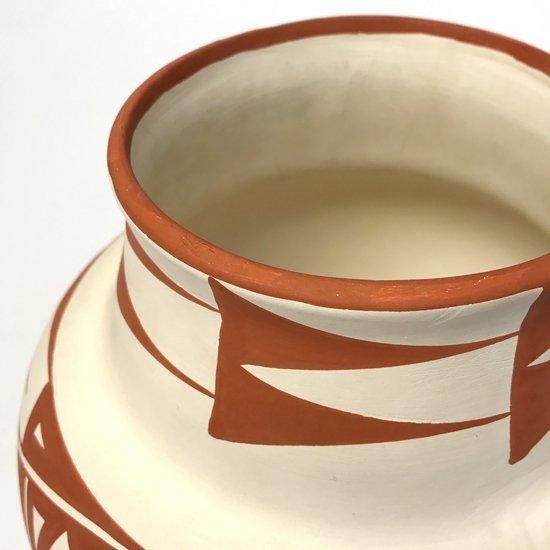 ネイティブアメリカン のアコマ族によって制作された古い陶器のベース