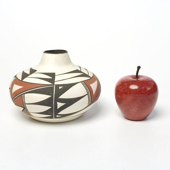 高さ9cmのリンゴと並べて