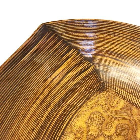 捻りを加えたようなラインが表現されているとてもモダンなデザイン。古いものにしかない手間のかかる作りの貴重なもの