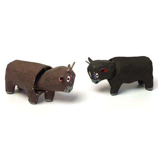対で色違いのものが作られていた闘牛の郷土玩具