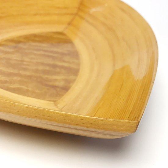 ベースとなる底板に葉の形の板が使われたデザイン。杢の底板や強いツヤの塗装など古いものならではの仕様