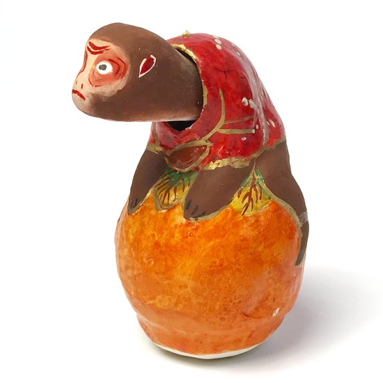静岡県の郷土玩具、浜松張子三代目の 二橋志乃(浜松市無形文化財)による柿乗り猿