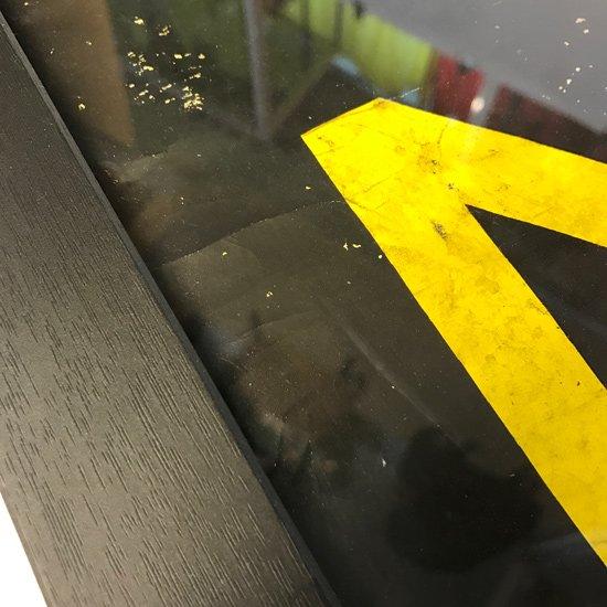 ロンドンバスで使われていた、古い路線表示のスクリーンロールをカットし額装したもの