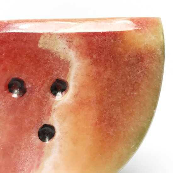 イタリアの伝統工芸である大理石細工による古いスイカのオブジェ