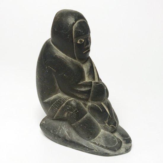 イヌイットが漁をしている姿の彫刻