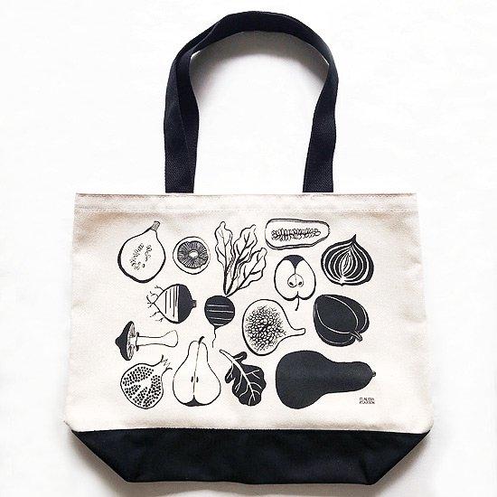 独特なタッチでフルーツや野菜が描かれているマーケットトート