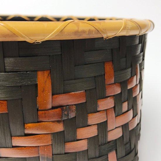 内側に一閑張りが施された、デザイン性の高い古い角底の竹かご