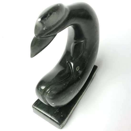 動きのある造形の、とても大きなクジラの彫刻