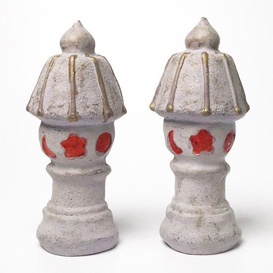 配色と独特のフォルムが魅力的な古い灯篭の土人形