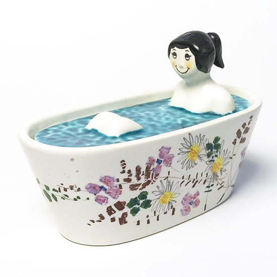 イタリアのアーティスト Tunsi Girard によるアートピース。セラミック製の女性が入浴しているフィギュア