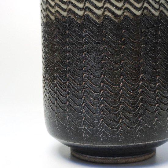 力強いフォルムと整然とした迫力ある櫛描が特徴の1970年代小石原焼の花入