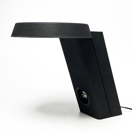 イタリアのデザイナー Gino Sarfatti(1912-1984) が1971年にデザインをした照明「Model 607」