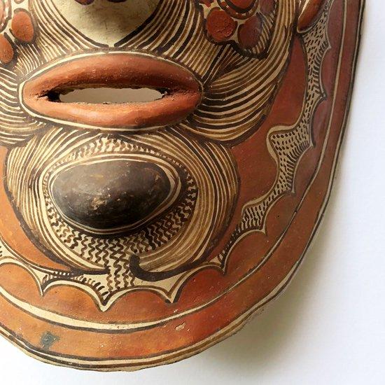 メキシコのゲレロの街で1970年代に作られた陶器のマスク