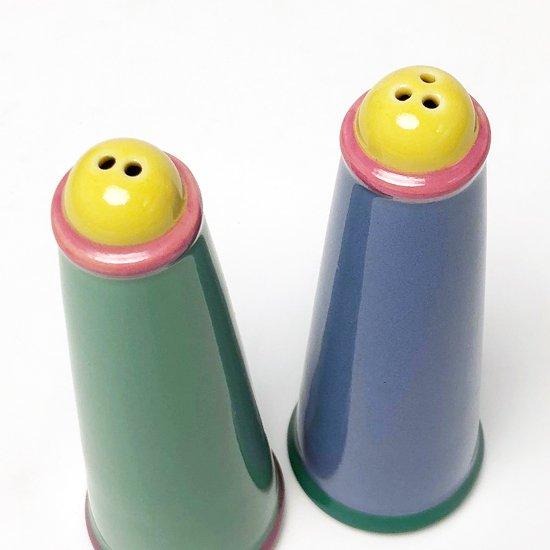 ポストモダンの影響がうかがえる、1980年代に作られていた日本製の食器のシリーズ(ソルト&ペッパー)