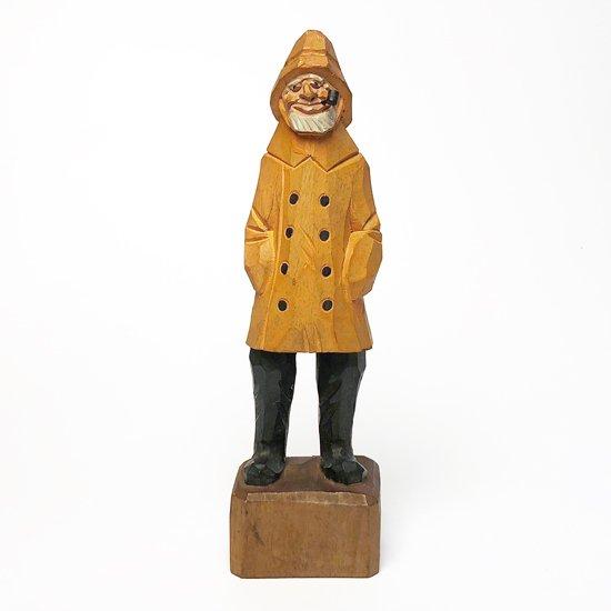 黄色いコートにパイプをくわえたフィッシャーマンがモチーフの古い木彫りのフィギュア