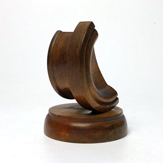 形が特徴的な木製のウォッチスタンドです