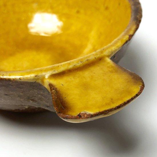 黄釉の性質上のもので、ところどころに小さなカケがございます