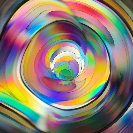 色ガラスを使わず光の屈折のみで鮮やかな色が作り出されています