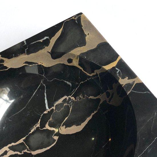 直角と直線、球面のみで構成された、イタリア製の大理石のボウル
