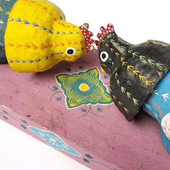 沖縄県の郷土玩具、古倉保文氏による闘鶏がモチーフの張子細工